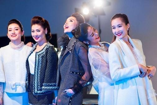 anh-hau-truong-khong-photoshop-cua-5-hoa-hau-a-hau-hot-nhat-hien-nay-1622865