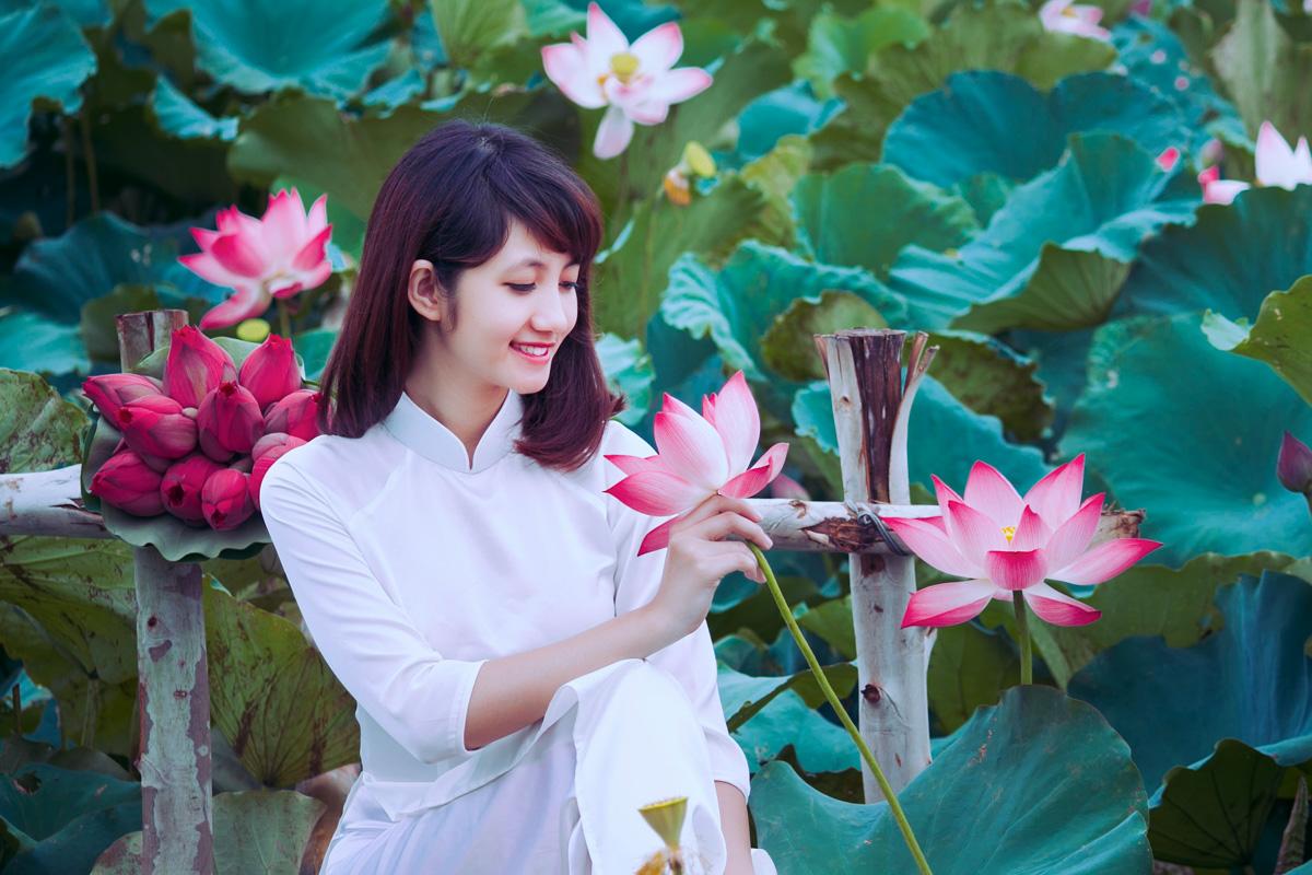 Nữ sinh chụp ảnh áo dài truyền thống đẹp với hoa sen